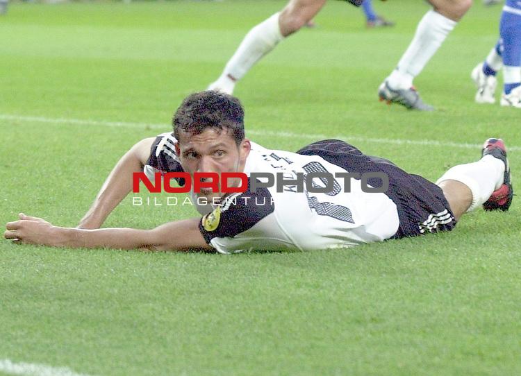 Europameisterschaft 2004 Portugal<br /> <br /> Deutschland - Tschechien<br /> <br /> Kevin Kuranyi (Deutschland) liegt entt&scaron;uscht nach der Niederlage udn dem Ausscheiden im Strafraum der Tschechen.<br /> <br /> Foto &copy; nordphoto