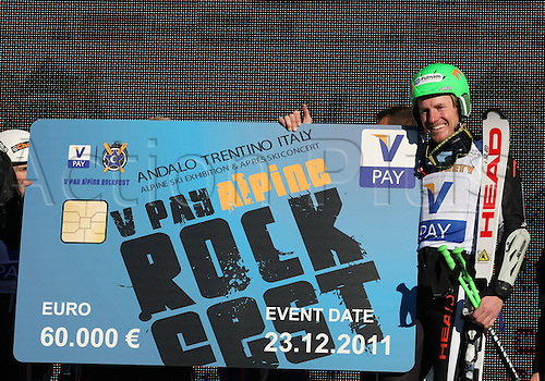 23.12.2011. Paganella, Italy. V PAY ALPINE ROCKFEST..LIGETY Ted (USA) on the podium, in Andalo, Italy. Ted LIGETY (USA) won the event, and €60000 euros money prize.