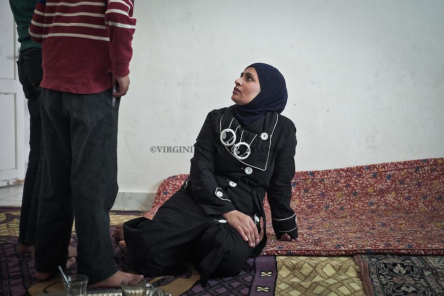 EGYPT, 6 of October City: Maha talking with her children. Maha still have a big part of her family in Syria, mainly in Qamishli and Damscus. She miss them a lot. <br /> <br /> EGYPTE, Le Caire: Maha parle avec ses enfants. Une grande partie de la famille de Maha est encore en Syrie, &agrave; Qamishli et  Damas. Sa famille lui manque &eacute;norm&eacute;ment.