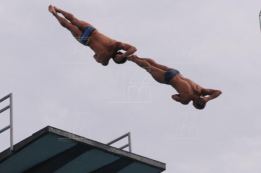 MEDELLIN -COLOMBIA, 08-06-2013. Demostracion de los clavadistas Juan G Rios y Victor Hugo Ortega en el plataforma de los 10 metros durante el XXIV Campeonato Sudamericano de Clavados realizado en Medellin./ dmostration of  colombian divers Juan G Rios and Victor Hugo Ortega on the 10m platform during Southamerican Divers Championship in Medellin. Photo: VizzorImage/Luis Rios/STR
