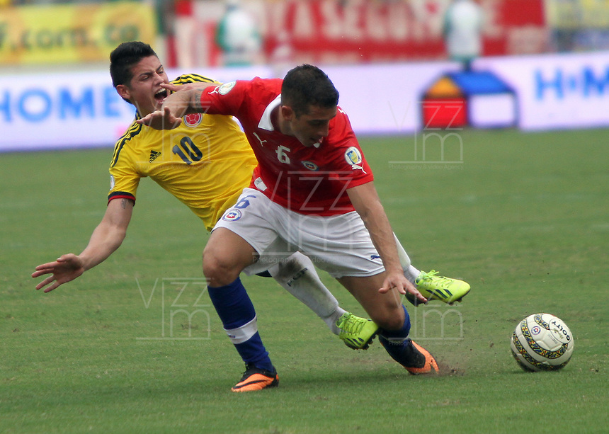 BARRANQUILLA -COLOMBIA- 11 -10-2013. James Rodriguez (Izq) de Colombia disputa el balon  contra  Carlos Carmona  (Der) de  Chile ,partido correspondiente para las eliminatorias al mundial de Brasil 2014 disputado en el estadio Metropolitano de Barranquilla   / Colombia  James Rodriguez  (L) dispute the ball against  Carlos Carmona  (R)  Chile for the qualifying game for the World Cup Brazil 2014 match at the Metropolitano stadium in Barranquilla  .Photo: VizzorImage / Felipe Caicedo /  Felipe Caicedo / Staff