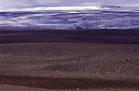 ISLANDA: paesaggio vulcanico. Sullo sfondo il ghiacciaio Vatnajokull, il più grande d'Europa per volume e il secondo per estensione.