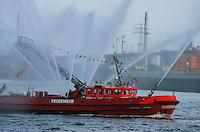 Deutschland, Hamburg, Feuerlöschboot beim Hafengeburtstag