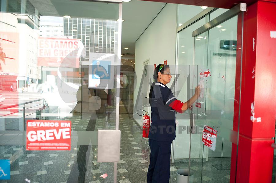 SAO PAULO, SP, 07.09.2014 - FIM DA GREVE DOS BANCÁRIOS - Com o fim da greve dos bancários, as agências começam a limpar as fachadas, na avenida Paulista nesta terça-feira 07( Foto: Gabriel Soares - Brazil Photo Press)