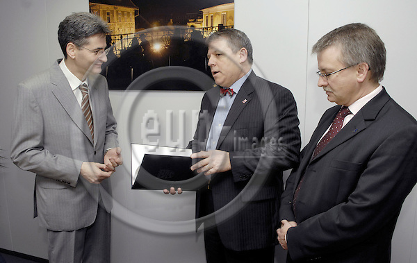 Brussels-Belgium - 10 April 2008---Volker HOFF (ce), Minister for Federal and European Affairs of Hessen / Germany, and German MEP Michael GAHLER (ri)(CDU/EPP-ED) meet with Leonard ORBAN (le), European Commissioner in charge of Multilingualism, and hand over a petition on the use of the German language in the EU-Institutions signed by MEPs and representatives of European Regions---Photo: Horst Wagner / eup-images