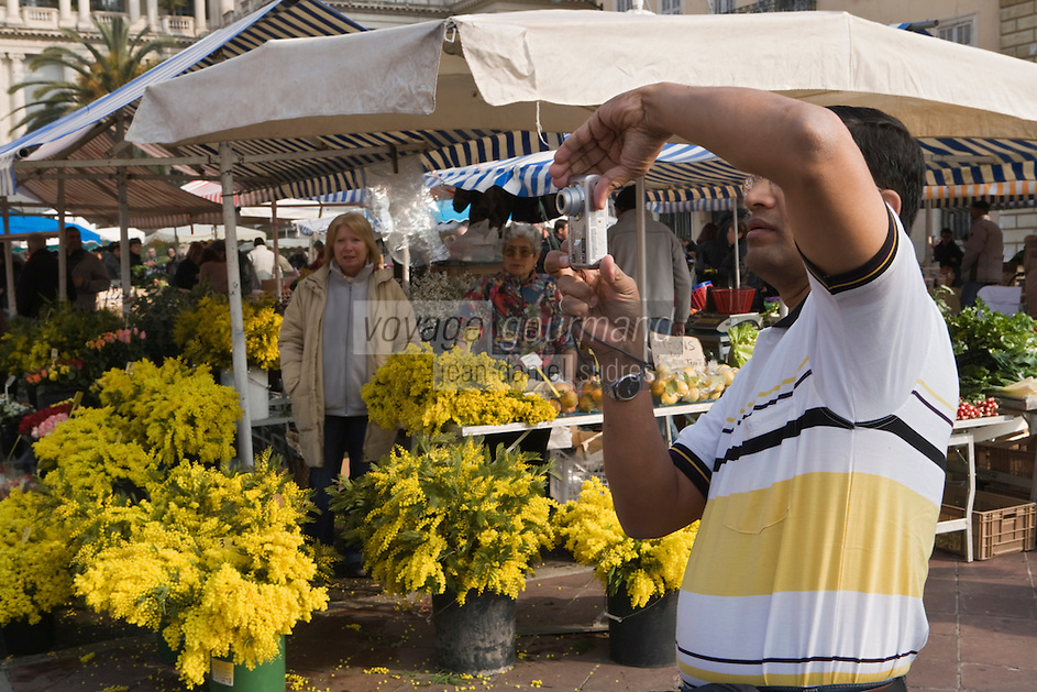 Europe/France/06/Alpes-Maritimes/Nice: sur le Marché du Cours Saleya étal de mimosa et touriste prenant une photo