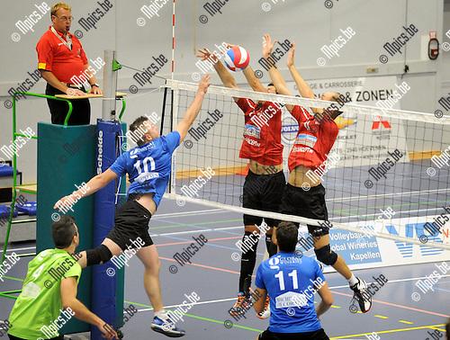 2014-09-20 / Volleybal / seizoen 2014-2015 / Kapellen - VC Zoersel / Coeck (KApellen) kan het blok van De Ren en Van Reeth (r.) niet verslaan.<br /><br />Foto: Mpics.be