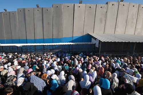 Betlehem, Palestine, Aout 2009. Un vendredi pendant le mois de ramandan. Seules les femmes de plus de 45 ans et les hommes de plus de 50 sont autorisés à passer les check points vers Jérusalem. Des milliers de femmes font la queue au checkpoint depuis l'aube, pour tenter de rejoindre la mosquee Al Aqsa pour la priere du vendredi. L'acces est un vrai parcours du combattant tandis que les controles au checkpoint sont renforces.