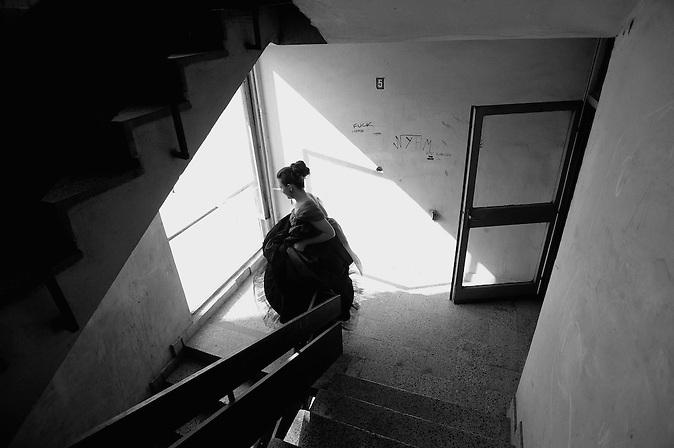 Nach dem Besuch ihres Lehrers, verläßt eine Abiturientin ihre Schule durch das Treppenhaus. Abschlussfeiern von Abiturienten in Bulgarien. / Graduate is going downstairs, after visiting her teacher. High-School graduation parties in Bulgaria.