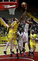 BOGOTA - COLOMBIA - 08-03-2013: Edgar Arteaga (Der.) de Piratas de Bogotá, disputa el balón con Jhon Hernandez (Izq.) de Bucaros de Bucaramanga, marzo 8 de 2013. Piratas y Bucaros en la novena fecha de  la Liga Directv Profesional de baloncesto en partido jugado en el Coliseo El Salitre. (Foto: VizzorImage / Cont). Edgar Arteaga (R) of Piratas from Bogota, fights for the ball with Jhon Hernandez (L) of Bucaros from Bucaramanga, March 8, 2013. Pirates and Bucaros in the ninth match the Directv Professional League basketball, game at the Coliseum El Salitre. (Photo: VizzorImage / Cont)..