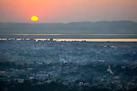 Myanmar, (Burma), Mandalay-Division, Mandalay: Sunset over the city and Irrawaddy River from top of Mandalay Hill | Myanmar (Birma), Mandalay-Division, Mandalay: Blick vom Mandalay Hill - Sonnenuntergang ueber der Stadt am Irrawaddy River