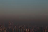 SAO PAULO, SP, 01-08-2014, Poluição. Uma forte faixa de poluição pode ser vista sobre São Paulo nesta sexta-feira (01). Foto feita de alto de predio na região do bairro da Mooca. Luiz Guarnieri/ Brazil Photo Press.