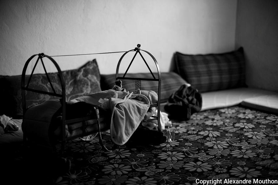La famille dispose d'une seule pi&egrave;ce. La municipalit&eacute; de Nusaybin leur a trouv&eacute; un logement et la solidarit&eacute; des kurdes de Turquie leur a permis d'obtenir les matelas et les quelques objets n&eacute;cessaires au quotidien, dont ce berceau pour le nouveau n&eacute;.<br /> <br /> The family has one room. The municipality of Nusaybin found them housing and solidarity of Kurdish in Turkey has allowed them to obtain mattresses and some for everyday objects, the cradle for the newborn.