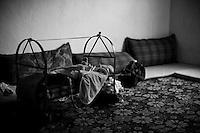 La famille dispose d'une seule pièce. La municipalité de Nusaybin leur a trouvé un logement et la solidarité des kurdes de Turquie leur a permis d'obtenir les matelas et les quelques objets nécessaires au quotidien, dont ce berceau pour le nouveau né.<br /> <br /> The family has one room. The municipality of Nusaybin found them housing and solidarity of Kurdish in Turkey has allowed them to obtain mattresses and some for everyday objects, the cradle for the newborn.