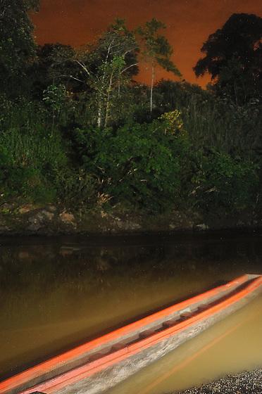 Indígenas emberá / barca en comunidad indígena emberá, Panamá.