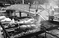 Festival di trombe e ottoni di Guca (Cacak). Maiale e agnello allo spiedo --- Trumpet festival of Guca (Cacak). Roasting pig and lamb on a spit