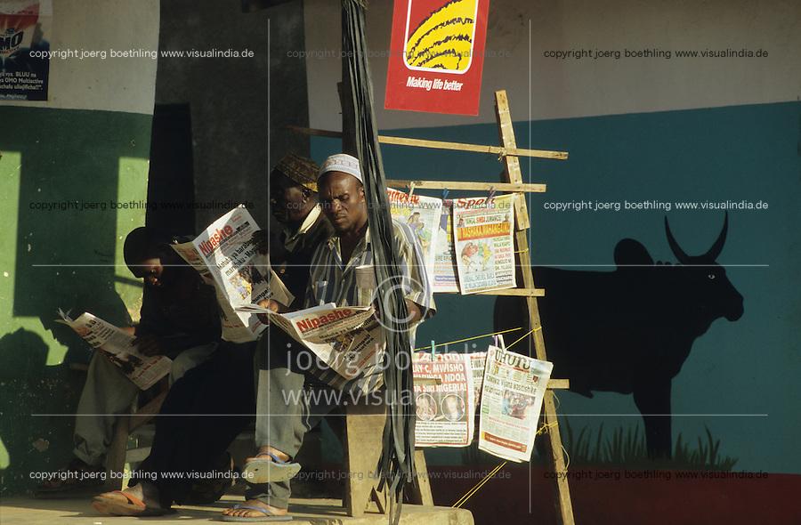 TANZANIA Handeni, people read newspaper infront of shop / TANSANIA Handeni, Menschen lesen Zeitung vor einem Laden
