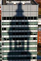 4415/Michelschatten:DEUTSCHLAND, HAMBURG, 07.11.2003: Schatten des Michel auf Gebaede des Deutschen Ring,  Buerogebaede in Hamburg, Immobilie in Stadtlage, Luftbild