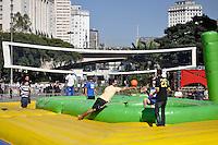 SAO PAULO, SP, 30 DE JUNHO DE 2012 - VIRADA ESPORTIVA SP - Publico participa de Volei sobre Inflavel no Vale do Anhangabaú na manhã deste sabado (30), durante Virada Esportiva 2012, que acontece este final de semana em São Paulo. FOTO: LEVI BIANCO - BRAZIL PHOTO PRESS