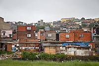 ATENCAO EDITOR IMAGEM EMBARGADA PARA VEICULOS INTERNACIONAIS - SAO PAULO, SP, 10 DE JANEIRO 2013 - Vista de area de risco no bairro do Parque Santa Madalena, na regiao leste da capital paulista. Em ordem interna emitida nesta quinta-feira, 10, aos seus 27 secretários e 31 subprefeitos, o prefeito Fernando Haddad (PT) determinou a remoção de moradores em áreas de risco de São Paulo. As interdições devem ser feitas logo após avaliação de geólogo, engenheiro do governo ou determinação judicial. Caso os moradores não concordem com a interdição, a Polícia Militar ou a Guarda Civil Metropolitana (GCM) devem ser acionadas, segundo determinou o prefeito. (FOTO: ALE VIANNA / BRAZIL PHOTO PRESS).