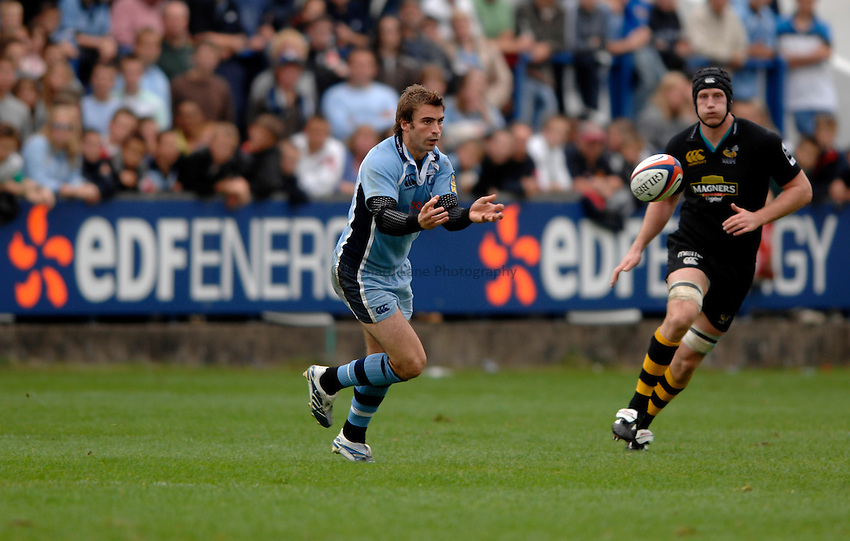 Photo: Richard Lane..Cardiff Blues v London Wasps. EDF Anglo-Welsh Cup. 30/09/2006. .Cardiff's Nicky Robinson passes.