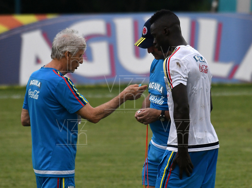 BARRANQUILLA - COLOMBIA - 02 - 10 - 2017: Jose Peckerman (Izq.), tecnico de la Selección Colombia, da instrucciones a Davinson Sánchez (Der.), jugador, durante entreno en las canchas del Polideportivo Universidad Autonoma del Caribe. El equipo colombiano se prepara en Barranquilla para el partido contra el seleccionado de Paraguay el 05 de octubre, partido clasificatorio a la Copa Mundial de la FIFA Rusia 2018. / Jose Peckerman (L), coach of Colombia´s Team, gives instructions to Davinson Sánchez (R), player, during a training in the grounds of the Sports Center of Autonoma del Caribe University. Colombia team prepares in Barranquilla for the match against the national team of Paraguay on October 05, qualifying for the FIFA World Cup Russia 2018. Photo: VizzorImage / Luis Ramirez/ Staff.