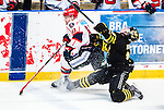Stockholm 2014-12-01 Ishockey Hockeyallsvenskan AIK - S&ouml;dert&auml;lje SK :  <br /> AIK:s Marcus Jonsson g&ouml;r sig illa och f&aring;r ont under en n&auml;rkamp med S&ouml;dert&auml;ljes Mattias Beck under matchen mellan AIK och S&ouml;dert&auml;lje SK <br /> (Foto: Kenta J&ouml;nsson) Nyckelord:  AIK Gnaget Hockeyallsvenskan Allsvenskan Hovet Johanneshov Isstadion S&ouml;dert&auml;lje SSK skada skadan ont sm&auml;rta injury pain