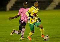 TUNJA - COLOMBIA -28-10-2016: Oscar Balanta (Izq.) jugador de Boyaca Chico FC disputa el balón con Jerry Ortiz (Der.) jugador de Atletico Huila, durante partido Boyaca Chico FC y Atletico Huila, de la fecha 18 de la Liga Aguila II-2016, jugado en el estadio La Independencia de la ciudad de Tunja. / Oscar Balanta (L) player of Boyaca Chico FC vies for the ball with Jerry Ortiz (R) jugador of Atletico Huila, during a match Boyaca Chico FC and Atletico Huila, for the date 18 of the Liga Aguila II-2016 at the La Independencia  stadium in Tunja city, Photo: VizzorImage  / Cesar Melgarejo / Cont.