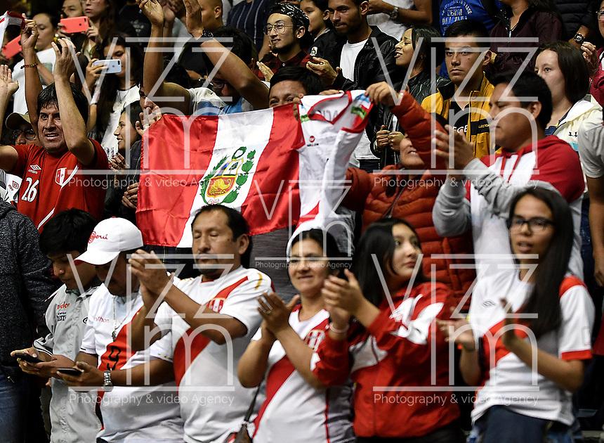 BOGOTÁ-COLOMBIA, 07-01-2020: Hinchas de Perú, animan a su equipo antes de partido entre Argentina y Perú, en el Preolímpico Suramericano de Voleibol, clasificatorio a los Juegos Olímpicos Tokio 2020, jugado en el Coliseo del Salitre en la ciudad de Bogotá del 7 al 9 de enero de 2020. / Fans from Peru cheer for their team prior a match between Argentina and Peru, in the South American Volleyball Pre-Olympic Championship, qualifier for the Tokyo 2020 Olympic Games, played in the Colosseum El Salitre in Bogota city, from January 7 to 9, 2020. Photo: VizzorImage / Luis Ramírez / Staff.