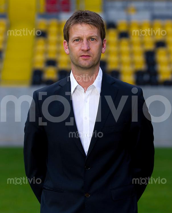 Fussball, 2. Bundesliga, Saison 2013/14, SG Dynamo Dresden, Mannschaftsvorstellung, Mannschaftsfoto, Portraittermin Sportdirektor Steffen Menze.