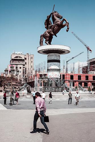 Denkmal &bdquo;Equestrian Warrior&ldquo; / &bdquo;Warrior on a Horse&ldquo; Das Denkmal des Alexander den Gro&szlig;en, ist das zentrale Vorzeigeobjekt des gesamten Projekts &bdquo;Skopje 2014&ldquo; Die kolossale Denkmal aus Bronze und Marmor begleitet von Brunnen und anderen Skulpturen wurde im Zentrum der Stadt, direkt am Macedonia-Platz errichtet. Erster Bauvorschlag im Jahr 2006, Bildhauerin: Valentina Stevanovska, bis dahin ein relativ unbekannt war.<br /><br />&ldquo;Equestrian Warrior&rdquo; The monument to Alexander the Great, officially named &ldquo;Equestrian Warrior&rdquo;, is the flagship project of the entire &ldquo;Skopje 2014&rdquo; endeavour. The colossal memorial made of bronze and marble accompanied by fountains and other sculptures was erected in very centre of the city, on the Macedonia Square. First decision to erect a monument to Alexander the Great in 2006. The author of the &ldquo;Equestrian Warrior&rdquo; is Valentina Stevanovska, until then a relatively unknown sculptor.<br /><br />Mega-Bauprojekt &quot;Skopje 2014&quot;