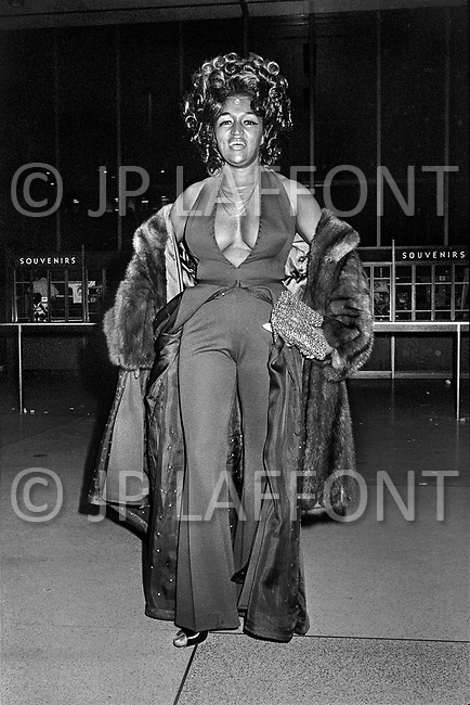 Manhattan, New York City, NY. January 28, 1974. Muhammad Ali and Joe Frazier at Madison Square Garden. Billed as the &lsquo;Fight of the Century&rsquo; African-American boxing fans and dandies attended wearing the most glam-fashions of the day. Furs, minis and thigh-high platform boots were all the rage.  <br /> <br /> <br /> Madison Square Garden, matchs de Box entre Muhammad Ali et Joe Frazier. Les deux combats du 8 mars 1971 et la revanche du 28 janvier 1974 attir&egrave;rent la m&ecirc;me foule bigarr&eacute;e, originale, riche et tir&eacute;e &agrave; quatre &eacute;pingles. Ce furent deux d&eacute;fil&eacute;s de mode extravagants. O&ugrave; seront tous les dandys de la ville.