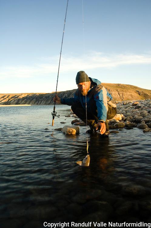 Mann fisker i Hornaday River. ---- Man angling in Hornaday River.
