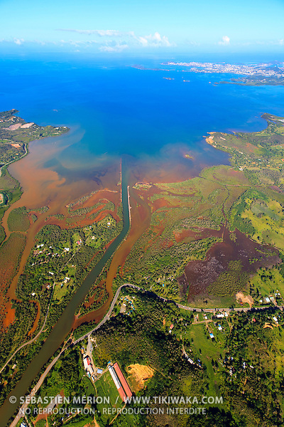 Vue aérienne de l'embouchure de La Coulée, baie de Boulari, Mont-Dore, Nouvelle-Calédonie