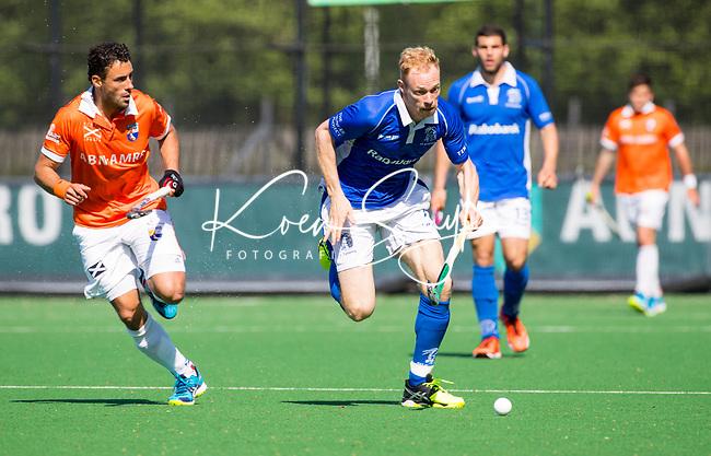 BLOEMENDAAL  -  Erik Bouwens (Kampong) met Glenn Schuurman (Bloemendaal)  tijdens  de play offs heren hoofdklasse Bloemendaal-Kampong (0-2) . Kampong plaatst zich voor de finale.  COPYRIGHT KOEN SUYK