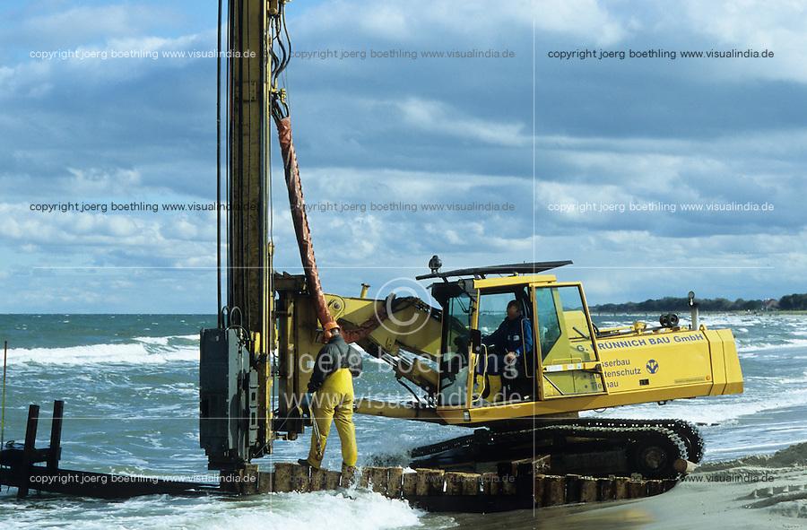 GERMANY Darss, coast protection with wave breaker at baltic sea / DEUTSCHLAND Darss, Kuestenschutzmassnahme , Bau von Buhnen am Ostseestrand Ahrenshoop