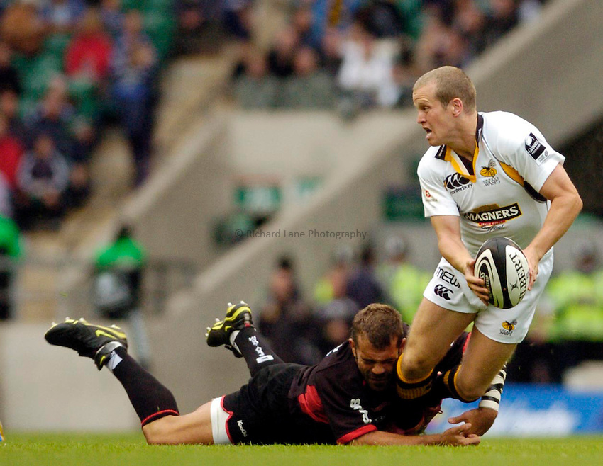 Photo: Leigh Quinnell..Saracens v London Wasps. Guinness Premiership. 02/09/2006. Wasps' Dave Walder is tackled by Saracens' Fabio Ongaro.