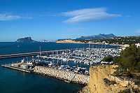 Spain, Costa Blanca, Moraira: View over yacht marina with Penon de Ifach and Calp in distance | Spanien, Costa Blanca, Moraira: Fischerort mit Yachthafen, am Horizont Penyal d'Ifac und Calp