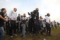 FOTO EMBARGADA PARA VEICULOS INTERNACIONAIS. GUARULHOS,  SP, 18-12-2012, DESEMBARQUE CORINTHIANS. Torcedores do Corinthians aguardam o desembarque do time na manha dessa Terca-feira (18). Um esquema especial foi montado para que a saida dos jogadores aconteca pela Base Aerea.  Luiz Guarnieri/ Brazil Photo Press.