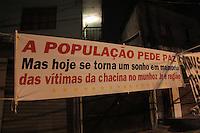 OSASCO,SP, 20.08.2015 - CHACINA-SP - Movimentação de parentes e amigos em ato pelos mortos em chacina da última quinta-feira (13) nas regiões de Osasco e Barueri no Bairro Munhoz Junior na noite desta quinta-feira (20). (Foto Marcio Ribeiro / Brazil Photo Press).