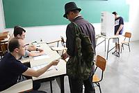 CAMPINAS, SP, 28.10.2018: ELEIÇÕES-2018 - Eleitores votam na FAC3 em Campinas, interior de São Paulo, neste domingo (28). Campinas é o segundo maior colégio eleitoral do estado de São Paulo. (Foto: Luciano Claudino/Código19)