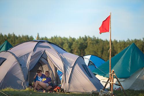 Ett par sitter och myser i ett tält