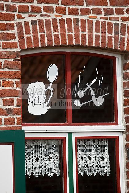 Europe/France/Nord-Pas-de-Calais/59/Nord/ Boeschepe: Estaminet : De Vierpot   sous les pales du moulin de l'Ondankmeulen - détail des fen^tres décorées