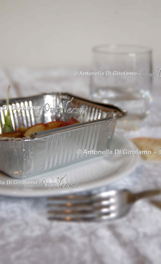 Avanzi di un pranzo nel contenitore di alluminio..Leftovers from a meal in the container of aluminum....
