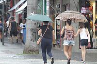 CAMPINAS, SP, 29.01.2019: Pessoas se protegem do calor e chuva em Campinas . (Foto: Denny Cesare/Código19)