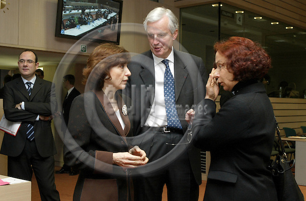 BRUSSELS - BELGIUM - 18 NOVEMBER 2003 -- The IGC (Intergovernmental Conference) meeting at the EU-Council with Foreign Ministers.-- The Spanish Minister of Foreign Affairs Ana PALACIO VALLELERSUNDI (R) with Michel BARNIER, EU-Commissioner for Regional Policy and Intergovernmental Conference and Noëlle (Noelle) LENOIR the French European Affairs Minister. -- PHOTO: JUHA ROININEN / EUP-IMAGES