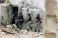 Soldados do batalhão de choque da PM de Rondônia invadem o  presídio Dr. José Mario Alves da Silva, conhecido como Urso Branco, totalmente destruído durante a rebelião que encerrou ontem. No presídio cerca de 1.000 presos se rebelaram desde o último domingo. Ao final da rebelião 14 mortes.<br />23/04/2004.<br />Porto Velho, Rondônia Brasil<br />Foto Paulo Santos/Interfoto