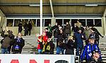 Uppsala 2014-10-30 Bandy Elitserien IK Sirius - Broberg S&ouml;derhamn :  <br /> Broberg S&ouml;derhamns supportrar tackar Broberg S&ouml;derhamns spelare efter matchen mellan IK Sirius och Broberg S&ouml;derhamn <br /> (Foto: Kenta J&ouml;nsson) Nyckelord:  Bandy Elitserien Uppsala Studenternas IP IK Sirius IKS Broberg S&ouml;derhamn supporter fans publik supporters jubel gl&auml;dje lycka glad happy