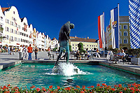 Oesterreich, Oberoesterreich, Barockstadt Schaerding: Silberzeile im Stadtzentrum mit Christophorusbrunnen | Austria, Upper Austria, centre of baroque town Schaerding: road Silberzeile and Christophorus fountain