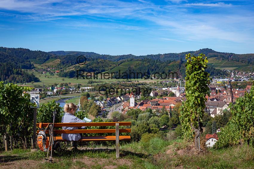 Germany, Baden-Wurttemberg, Black Forest, Gengenbach at Kinzig Valley with river Kinzig | Deutschland, Baden-Wuerttemberg, Schwarzwald, Gengenbach im Ortenaukreis: Blick von den umliegenden Weinbergen auf die Stadt Gengenbach an der Kinzig